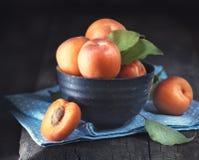 alperces O close up do abricó orgânico fresco frutifica em uma bacia fotografia de stock royalty free