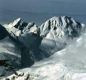 Alpes au Tyrol oriental avec un nuage de disparition photos libres de droits