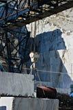 Alpes d'Apuan, Carrare, Toscane, Italie 28 mars 2019 Un pont roulant dans une carrière de marbre blanche photos stock
