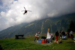 Alpes d'hélicoptère de délivrance Photographie stock