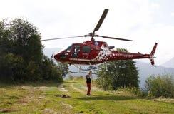 Alpes d'hélicoptère de délivrance Photos libres de droits