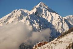 Alpes e vila da montanha da neve foto de stock