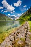 Alpes se reflétant dans le miroir du lac Photos stock