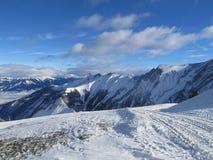 Alpes-Skiort neigt sich, Bergpanorama und Sonnenvogelperspektive, Österreich, Österreich-Alpen lizenzfreies stockfoto