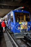 Alpes suisses : La ville d'inMontreux de train de la montagne Rocher-De-Naye image stock