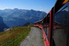 Alpes suisses : Le train de Jungfraujoch entraînant une réduction à Wengen et à La images libres de droits