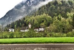 Alpesberg met kerk in Beieren Duitsland Stock Foto