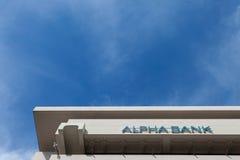 Alpha Bank lokal huvudkontor i mitten av Aten Alpha Bank är banken för Grekland ` s 4th och en av de huvudsakliga bankerna i Balk Arkivfoto