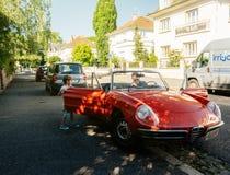 Alpha- die romeospin op Franse straat wordt geparkeerd royalty-vrije stock afbeeldingen