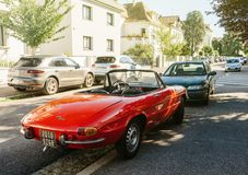 Alpha- die romeospin op Franse straat wordt geparkeerd royalty-vrije stock foto's