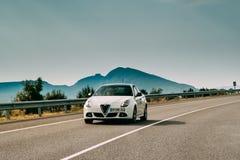 Alpha Romeo Giulietta Car Of White Color dans l'autoroute espagnole photos stock