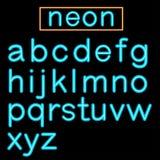 Alphabet au néon rougeoyant bleu de barre sur le fond noir Photographie stock