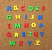 Alphabet A bis Z getrennt auf Korken-Vorstand Lizenzfreie Stockfotografie