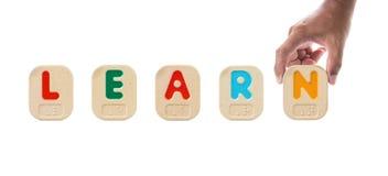 Alphabet blockiert die Rechtschreibung des Wortes LERNEN mit Blindenschrift Stockfotos