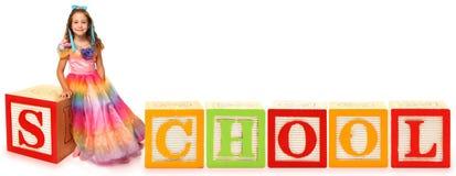 Alphabet blockt Schule mit Mädchen Lizenzfreies Stockfoto