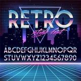 Alphabet brillant de Chrome dans le rétro style du futurisme 80s Image libre de droits