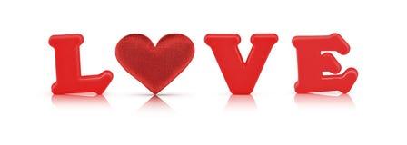 Alphabet d'amour et coeur rouges de tissu avec le chemin de coupure Photo stock