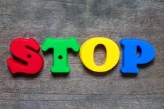 Alphabet de couleur dans l'arrêt de mot sur le fond en bois photo libre de droits