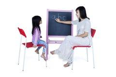 Alphabet de enseignement de mère à sa fille Photos stock