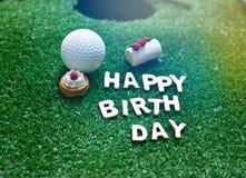 Alphabet de joyeux anniversaire sur l'herbe verte pour l'anniversaire de golfeur Photos stock