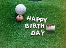 Alphabet de joyeux anniversaire sur l'herbe verte pour l'anniversaire de golfeur Photographie stock libre de droits