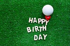 Alphabet de joyeux anniversaire sur l'herbe verte pour l'anniversaire de golfeur Photo stock