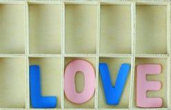 alphabet de l'AMOUR dans la boîte en bois Image stock