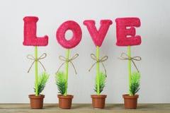 alphabet de l'amour placé sur un plancher en bois Images libres de droits