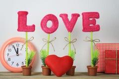 alphabet de l'amour placé sur un plancher en bois et un coeur rouge près du GIF Image libre de droits