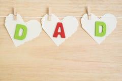 Alphabet de papa sur le papier de coeur sur le fond en bois Image stock