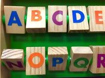 Alphabet des cubes en bois colorés Photos libres de droits