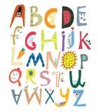 Alphabet drôle pour des enfants avec des visages, légumes, fleurs Image stock