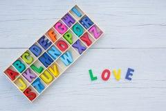 Alphabet en bois coloré dans la boîte carrée et le mot d'AMOUR Vue supérieure o Images stock