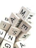 Alphabet gebildet aus hölzernen Würfeln heraus Stockbild