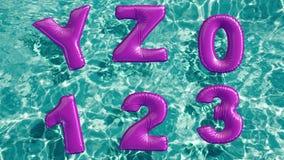 Alphabet gemacht vom geformten aufblasbaren Schwimmenring, der in einen erneuernden blauen Swimmingpool schwimmt stock video footage