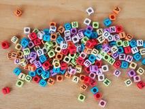 Alphabet im Druck auf kleinen Plastikwürfeln Stockbild