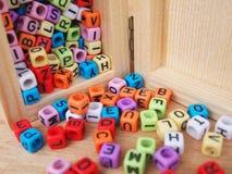 Alphabet im Druck auf kleinen Plastikwürfeln Lizenzfreies Stockfoto
