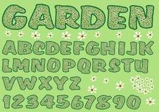 Alphabet im grünen Gartendesign Großbuchstaben und Zahlen verziert mit Blumenmuster, mutiger Guss Lizenzfreies Stockfoto