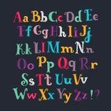 Alphabet latin Ensemble de taille différente de couleur blanche tirée par la main de lettres d'isolement sur le fond noir Photos libres de droits