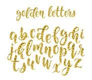 Alphabet moderne latin tiré par la main de brosse de calligraphie de scintillement d'or des lettres minuscules Vecteur illustration stock