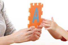 Alphabet-Puzzlespiel-Stücke auf weißem Hintergrund lizenzfreie stockbilder