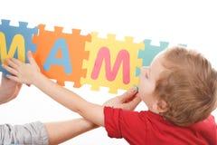 Alphabet-Puzzlespiel-Stücke auf weißem Hintergrund stockfotos