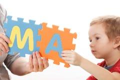 Alphabet-Puzzlespiel-Stücke auf weißem Hintergrund lizenzfreie stockfotografie