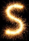 Alphabet S de lumière de feu d'artifice de cierge magique sur le noir Images libres de droits