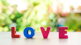 Alphabet t d'amour sur la table en bois Photo stock