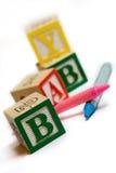 Alphabetblöcke mit Zeichenstiften Stockfoto