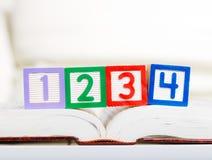 Alphabetblock mit 1234 auf Buch Stockbilder