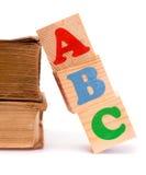 Alphabetbuchstabe ABC-Blöcke für Kinder und alte Bücher Lizenzfreie Stockfotografie