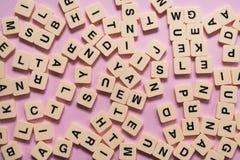 Alphabetbuchstaben auf rosa Hintergrund Lizenzfreies Stockbild