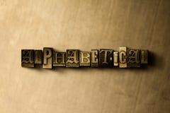 ALPHABETISCH - Nahaufnahme der grungy Weinlese setzte Wort auf Metallhintergrund lizenzfreie abbildung